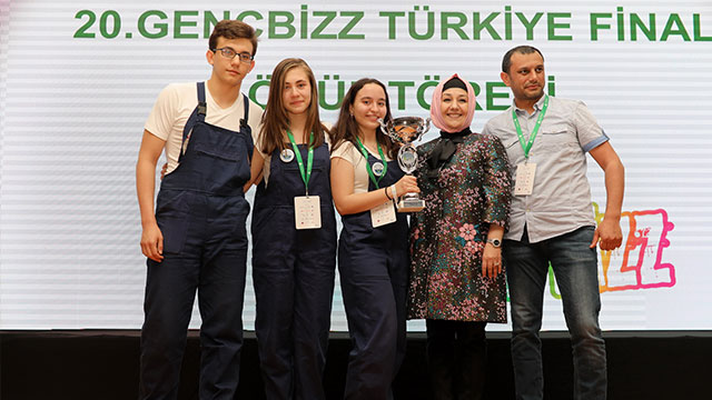 Liseli girişimciler deniz kirliliğinin önüne geçecek iş fikri ile Türkiye'yi temsil edecek