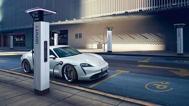 Porsche'nin ilk elektriklisi 'Taycan' görücüye çıktı