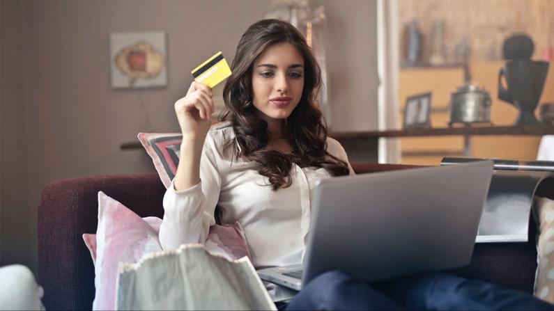 Kadınlar, öğle arasında alışveriş yapıyor