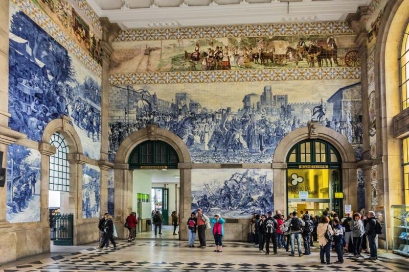 <p>Mimar Jose Marques da Silva'nın 1904 yılında yapımına başladığı Sao Bento Tren İstasyonu'nun içine girdiğinizde muazzam bir çini işçiliği ile karşılaşıyorsunuz. Ana salonda çini ustası JorgeColaçoya'ya ait çalışmada 20 binden fazla karo, Portekiz tarihini anlatıyor.</p>