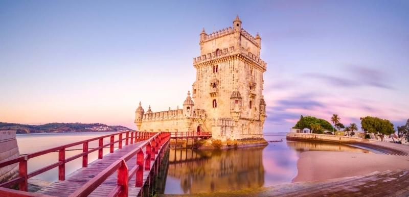 <p>Nehir kıyısından biraz daha açıkta yer alan Torre de Belem(Belem Kulesi), kendine özgü mimari yapısıyla dikkat çekiyor.</p>