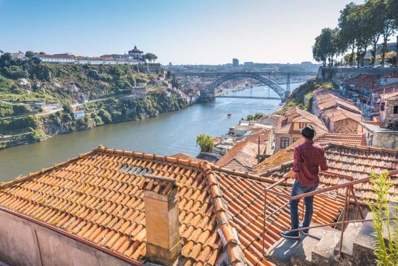 <p>Ülkenin en büyük ve popüler ikinci şehri olan Porto, DouroNehri'nin kuzey kıyısında kurulmuş.</p>