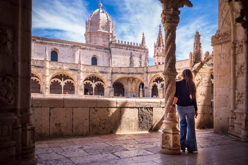 <p>Oldukça görkemli olan manastır 1501 yılında yapılan, Vasco da Gama gibi gemiciler tehlikeli yolculuklara çıkmadan önce dua ettikleri Jeronimos Manastırı, bu kaşiflerin bağışlarıyla devamlı genişletilmiş veyasüslenmiş.</p>