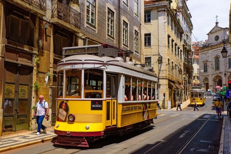 <p>Lizbon'da nostaljik bir tura hazır mısınız? Rossio Meydanı'nın çaprazındaki Martim Moniz Meydanı'nından kalkan 28 numaralı sarı tramvay, şehrin en eski bölgesi Alfama'nın dik sokaklarından geçerek 11. yüzyıldan kalan São Jorge Kalesi'ne kadar sefer yapıyor</p>