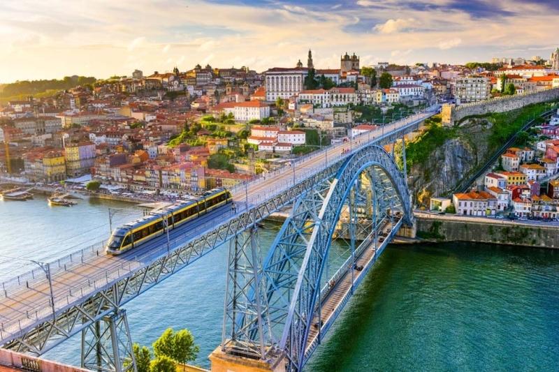 <p>Douro Nehri üzerindeki pek çok köprü yer alıyor. Bunlardan biri olan Maria Pia köprüsü, Gustave Eiffel tarafından inşa ediliyor. Şehrin bir başka ikonik köprüsü ise Dom Luis I köprüsü.</p>