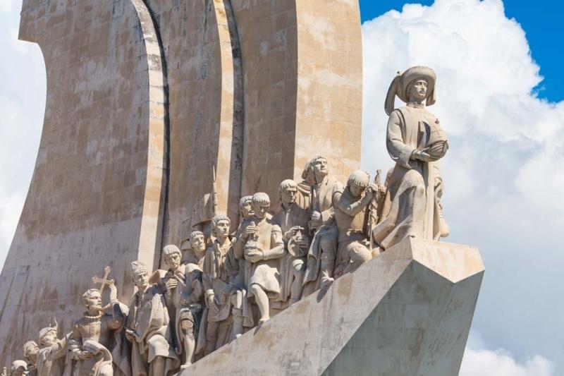 <p>Portekiz İmparatorluğu'nun inşası sırasında başarılı kaşifleri anmak üzere inşa edilen Keşifler Anıtı, bir geminin pruvasını andıran şekli ile Portekiz'in Keşif Çağı'nda büyük rol oynayan 30'dan fazla tarihi figürün heykellerini bir araya getiriyor.</p>