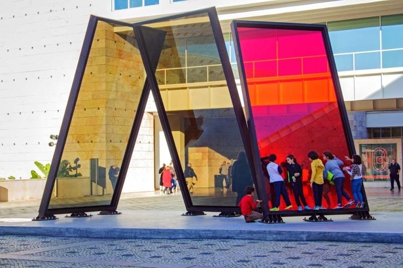<p>Şehrin modern sanat duraklarından biri olan ve 1992'de Portekiz'in AB başkanlığı için inşa edilen Belem Kültür Merkezi, uluslararası sanat sergilerine, dünyaca ünlü müzik ve tiyatro gösterileri ile kongrelere ev sahipliği yapıyor. </p>