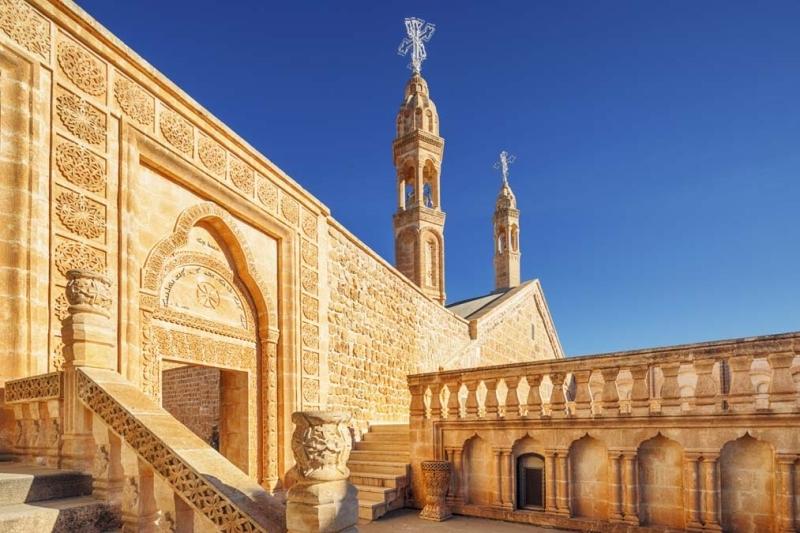 <p>Mardin Tarihi Postane Binası'nın bir bölümü, günümüzde PTT tarafından kullanılsa da büyük bir bölümü Mardin Artuklu Üniversitesi tarafından Sosyal Tesis ve Uygulama Oteli olarak hizmet veriyor.</p>