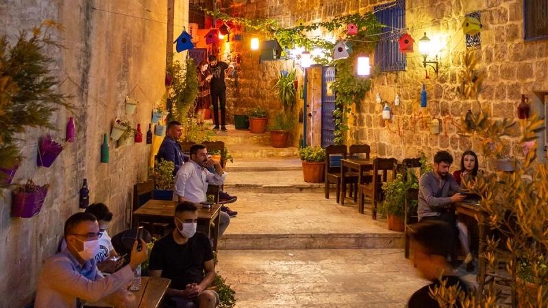 <p>Son dönemlerde tarihi Midyat evlerinde çekilen dizilerle popülerleşen Midyat ziyaretçilerinin çoğunu da bu dizilerin izleyicileri oluşturuyor</p>