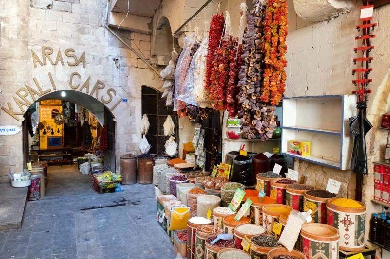 <p>Ayrıca Midyat'la özdeşleşen telkâri takılarının en güzel örnekleri de yine Midyat Çarşısı'nda sıralanan dükkanlar da bulunuyor</p>