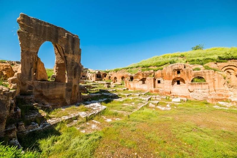 <p>Üç farklı dinin ortak noktada buluştuğu devasa bir Nekropol'e sahip Dara Antik Kenti; M.Ö. 300 yılında Persler tarafından kurulmuş</p>