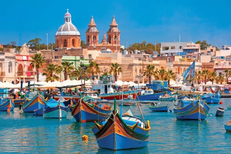 <p>Öğlen yemeği için adanın güneyindeki Marsaxlokk balıkçı kasabasına gidebilirsiniz. Limandaki rengarenk geleneksel balıkçı tekneleri hoş bir manzara sunuyor.</p>