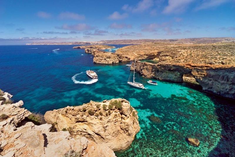 <p>Malta'da bir gününüzü berrak denizi, sakin ve doğal koyları ile kristal renkli denizin tadını çıkartmak üzere Comino Adası'na ayırmanızı öneriyoruz.</p>