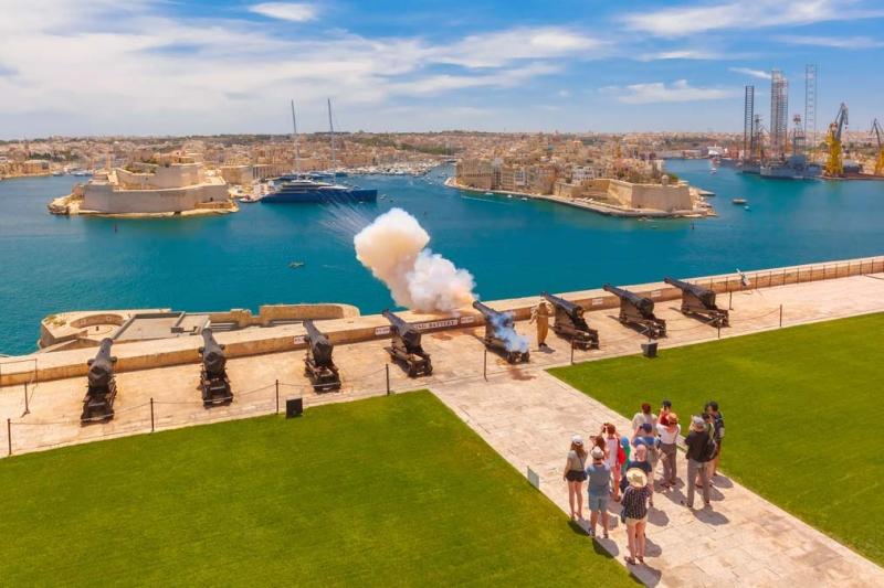 <p>Marsaxlokk dönüşünde hem soluklanmak hem de romantik bir günbatımı izlemek isterseniz Yukarı Baraka Bahçesi, Osmanlı kuşatmasına da sahne olan Büyük Liman'ı, devasa surları, Cospicua, Vittoriosa ve Senglea isimli üç şehri görebileceğiniz kartpostalları aratmayan bir manzara sunuyor.</p>