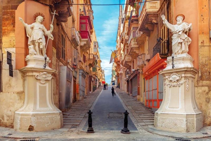 <p>Şövalyeler tarafından inşa edilen adanın başkenti Valetta, 1980 yılından bu yana UNESCO Dünya Mirası Listesi'nde yer alıyor.</p>