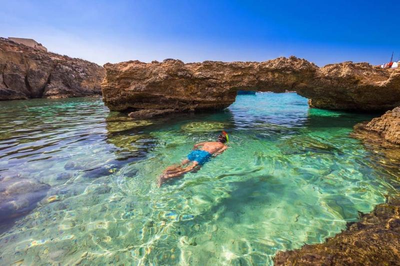 <p>Comino'nun kuzeybatısındaki Blue Lagoon, beyaz kumsalları ve kristal gibi deniziyle dalış yapmak isteyenler için birebir.</p>