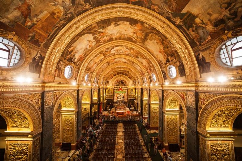 <p>Valetta'da dolaşırken ziyaret edilecek yerlerin başında, 1574 yılında Malta Şövalyeleri tarafından yaptırılan St. John Katedrali geliyor.</p>