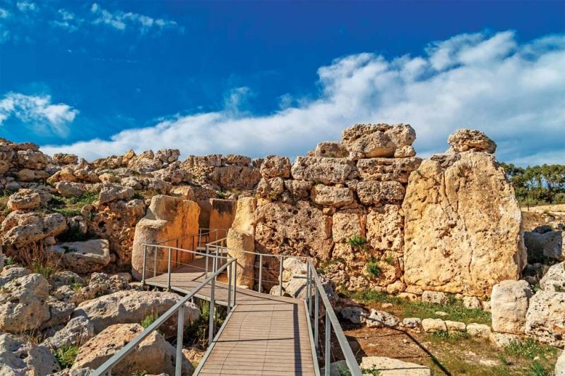 <p>UNESCO Kültür Mirası Listesi'nde de yer alan Ggantija Tapınağı ise görülmesi gereken önemli yerlerin başında bulunuyor.</p>