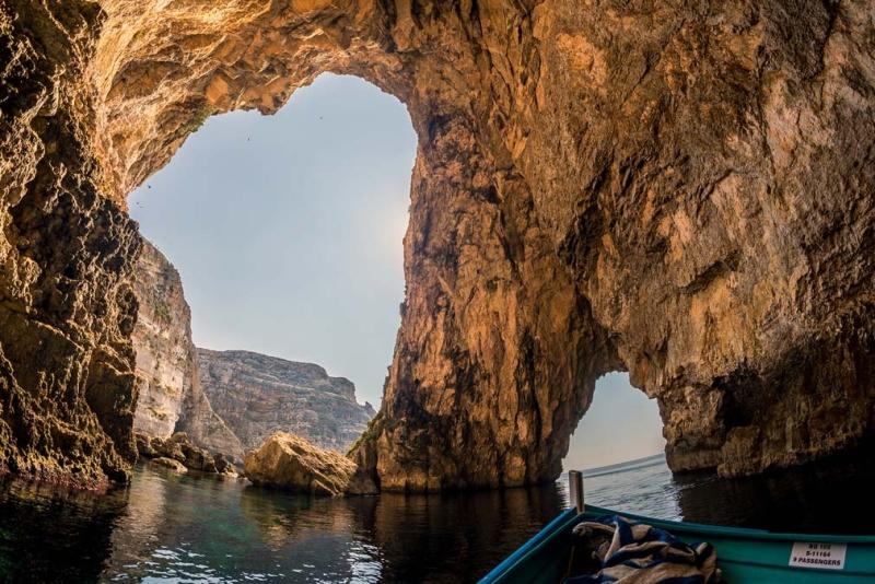 <p>Dwejra'da görülmesi gereken başka pek çok doğal güzellikbarındırıyor, Dwejra Mağarası da bunlardan biri.</p>