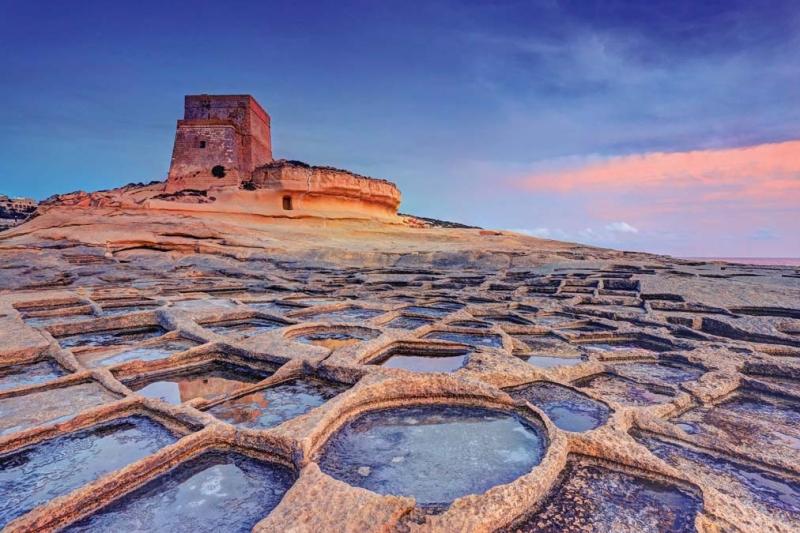 <p>Adanın güneyindeki Xlendi Koyu'nda ise yerleşim daha fazlayken burada da doğal güzelliklerle karşılaşmak mümkün.</p>