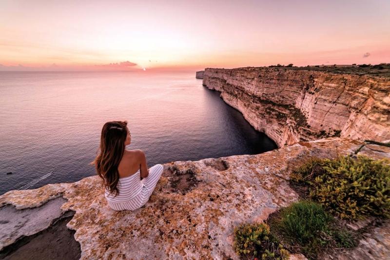 <p>Gozo'nun batı kıyısındaki Dwerja Körfezi, denizi kadar biyolojik çeşitliliği ve kayalık kıyılarıyla da ziyaretçi topluyor.</p>