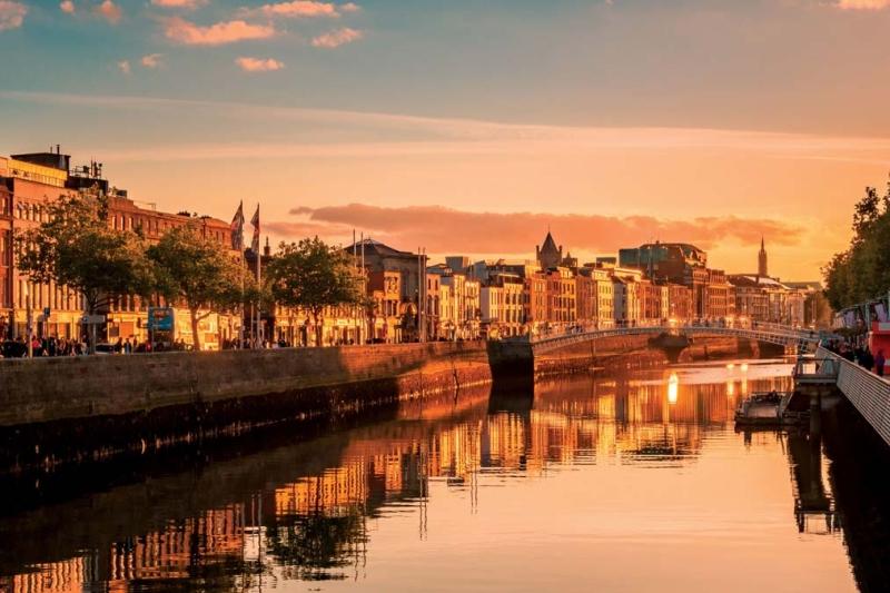 <p>Londra, Paris ve Roma ile karşılaştırıldığında bir başkent için oldukça küçük bir şehir olsa da Dublin; tarihi, mimarisi, kültürel özellikleri, müziği, edebiyatı ve doğasıyla keyifli bir seyahat rotası...</p>