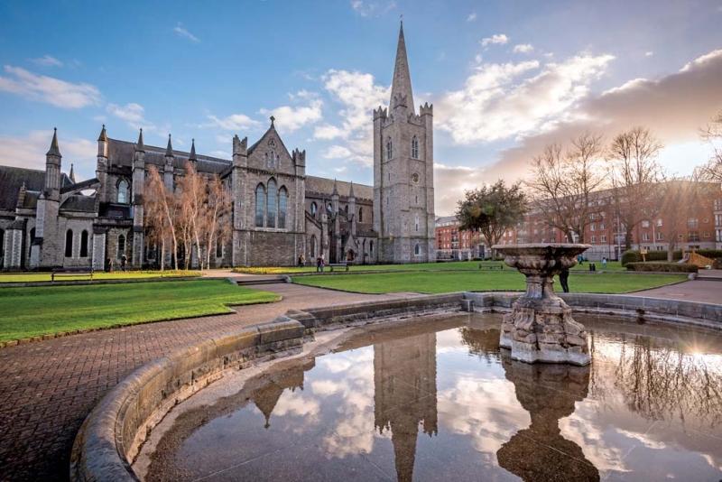 <p>Kaleden çıkıp şehrin bir başka Gotik yapısı olan St. PatrickKatedrali'ne uğrayabilirsiniz. Şehrin koruyucusu olan St. Patrick'eadanan katedral, 1030 yılında inşa ediliyor.</p>