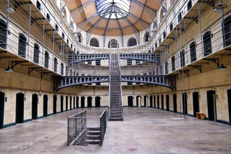 <p>Bugün müze olarak hizmet veren tarihi KilmainhamHapishanesi de mutlaka görülmesi gereken yerlerden.</p>