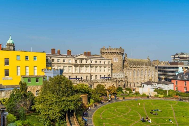 <p>Şehre gelenlerin ilk durağı, Dublin Kalesi oluyor. Öyle ki, şehri ve tarihini yakından tanımak için önemli bir yapı.</p>