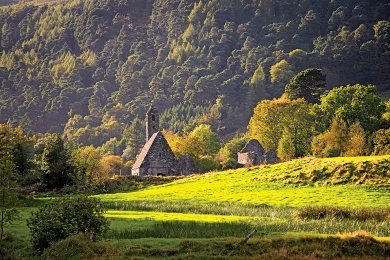 <p>Dublin'den yaklaşık bir saat uzaklıktaki Glendalough, doğası ile muhteşem bir köy.</p>