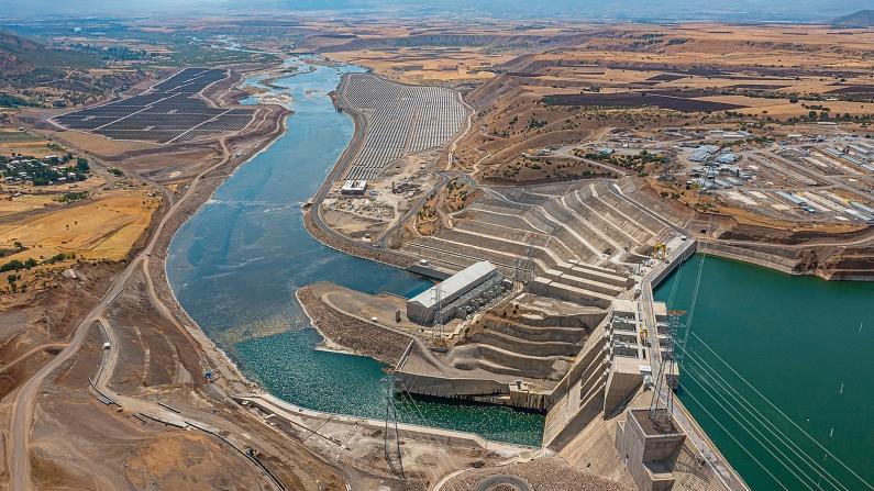 Cengiz, Türkiye'nin ilk hibrit enerji santralini kurdu