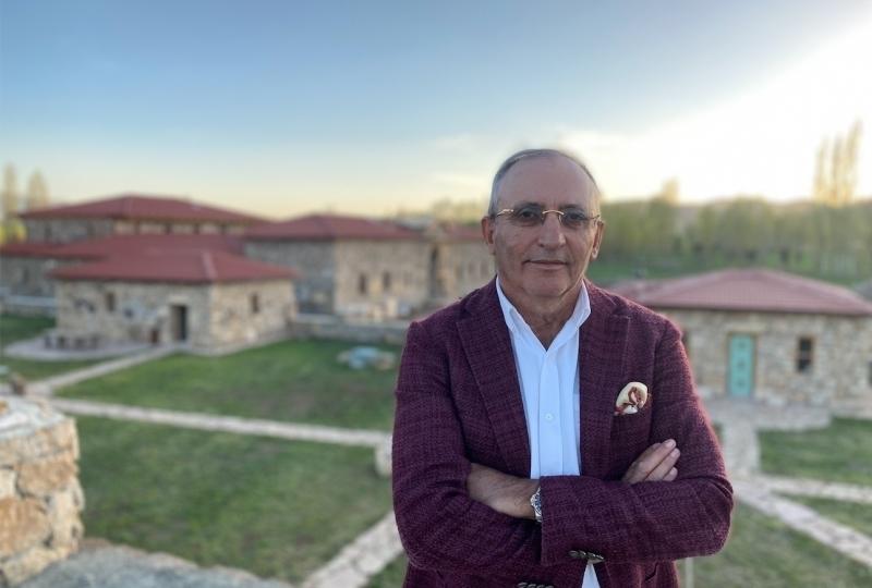 """<p>Kenan Yavuz Etnografya Müzesi'ni bir hayalden uluslararası üne kavuşturan isim, daha önce Türkiye'de farklı şirketlerde ceo olarak görev yapan Kenan Yavuz. Doğduğu topraklara yıllar sonra bir hayalin peşinden koşarak  geri dönen Yavuz, """"Bize gelen bizi yaşar"""" diyerek, herkesi bu müzeyi görmeye davet ediyor.</p>"""
